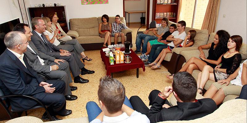 Imágenes de la visita de representantes políticos al Centro de Acogida de Menores y de la alcaldesa durante el acto celebrado en el colegio La Salle