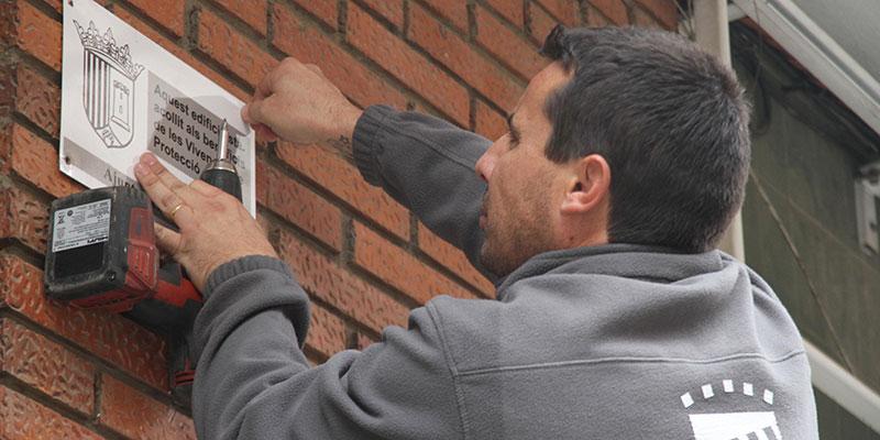 Un operario instala una de las nuevas placas