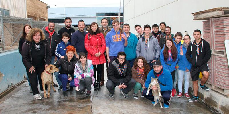 Pie de foto: La alcaldesa con los voluntarios de la asociación Modepran