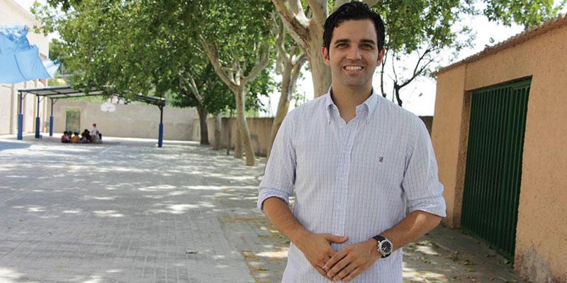 El alcalde de Paterna, Juan Antonio Sagredo en el patio del CEIP Villar Palasí